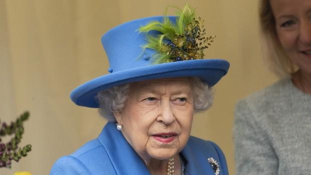 Kraljica Elizabeta na mizi nima fotografij Meghan Markle in princa Harryja, se je pa spomnila princa Archija v svojem govoru (foto: Profimedia)