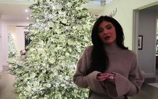 Kylie Jenner je objavila fotografijo, na kateri nosi samo plašč in ničesar drugega!