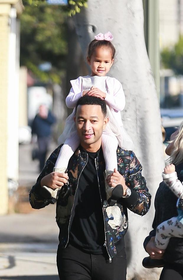 Pevec ljubeče nosi hčerko na ramah. (foto: Theimagedirect.Com/The Image Direct/Profimedia)