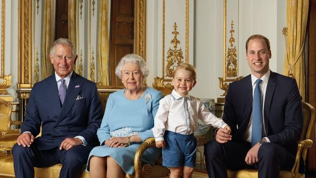 Poglejte si nov portret britanske kraljice s prestolonasledniki ob začetku novega desetletja! (foto: Profimedia)