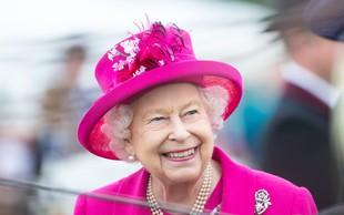 Kraljica Elizabeta se je kar sama usedla za volan, čeprav šteje že 93 let