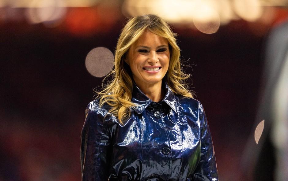 Melania Trump tokrat v plašču, ki je požel modne kritike: Kakšen pa se zdi vam? (foto: Profimedia)