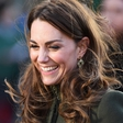 Kate Middleton prvič po aferi z Meghan in Harryjem v javnosti: Nasmejana do ušes