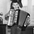 Bi prepoznali tega mladega fantiča s harmoniko, ki ga danes poznamo vsi?