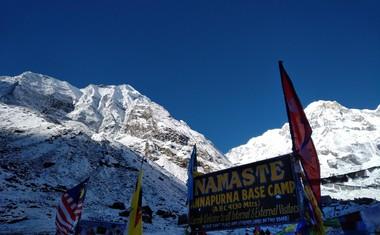 Anapurna bazni tabor se nahaja na višini 4.130 metrov, najvišji vrh je Anapurna I z nekaj več kot 8.000 metri višine.