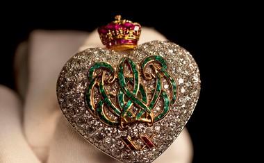 Edward je svojo ljubezen do Wallis izkazoval tudi z dragocenim nakitom, ki ji ga je podarjal, kot je tale broška, narejena posebej zanjo.