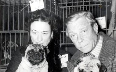 Wallis in Edward sta bila velika ljubitelja psov, z njima na sliki mopsa z nenavadnima imenoma Day Crockett in Goldengleam Troope.