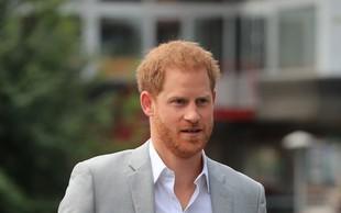Princ Harry je že prišel v Kanado in na letališču pokazal nasmejan obraz