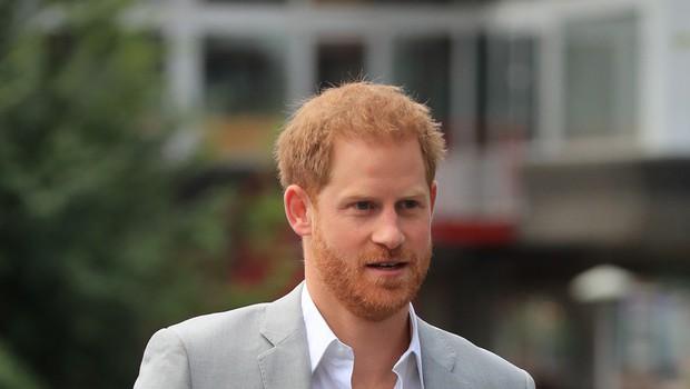 Princ Harry je že prišel v Kanado in na letališču pokazal nasmejan obraz (foto: Profimedia)