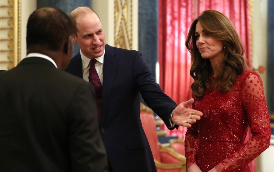 Kate Middleton v rdeči obleki naravnost osupnila in pritegnila številne poglede (foto: Profimedia)