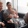Meghan Markle doživela plaz kritik, da ne zna pravilno nositi princa Archieja, ki naj bi ji skoraj padel na tla