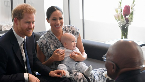 Meghan Markle doživela plaz kritik, da ne zna pravilno nositi princa Archieja, ki naj bi ji skoraj padel na tla (foto: Profimedia)