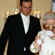 Kraljica Elizabeta vsak večer popije kozarček šampanjca