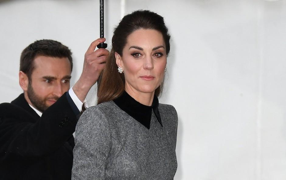 Siv plašč Kate Middleton, ki je v nekaj urah postal pravi modni hit (foto: Profimedia)