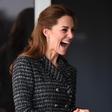 Vojvodinja Kate Middleton nedavno obiskala bolnišnico, kjer ji je močno nagajal veter in ji dvigoval krilo