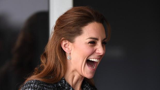 Vojvodinja Kate Middleton nedavno obiskala bolnišnico, kjer ji je močno nagajal veter in ji dvigoval krilo (foto: Profimedia)