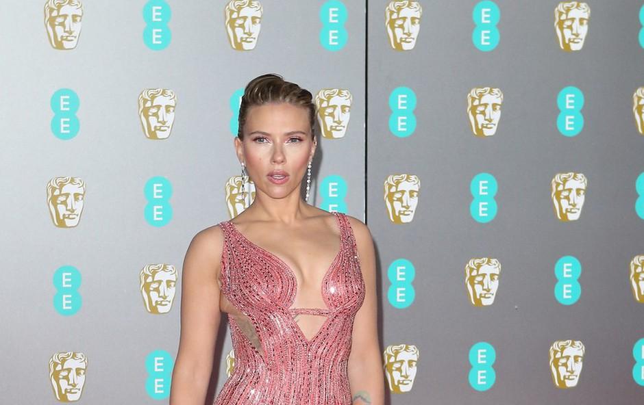 Najlepši dekolte na rdeči preprogi pokazali Scarlett Johansson in Charlize Theron (foto: Profimedia)