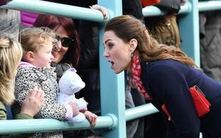 Kate Middleton s svojo obleko močno razočarala svojo tri letno oboževalko in se ji hitela opravičevati