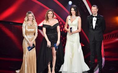 Voditelj Amadeus v družbi sovoditeljic (Diletta Leotta, Sabrina Salerno, Francesca Sofia Novello).