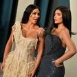 Kim Kardashian in Kylie Jenner na žuru pokazali svoje obline