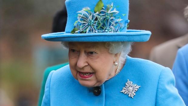 Kraljica Elizabeta si je v znak podpore nadela broško (foto: Profimedia)