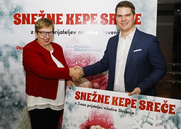 Breda Krašna, ZPMS in Uroš Vodopivec iz Henkla ob predaji donacije. (foto: Anže Krže/Mediaspeed)