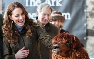 Kate Middleton nepričakovano obiskala lokalno kmetijo in oblekla takšno modno kombinacijo