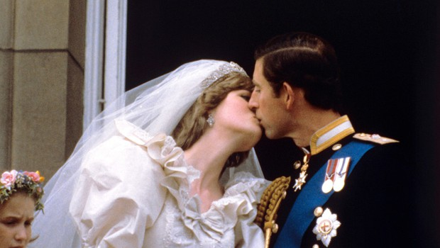 Poljub princese Diane in princa Charlesa, ki se je za vedno zapisal v zgodovino in nato postal tradicija (foto: Profimedia)