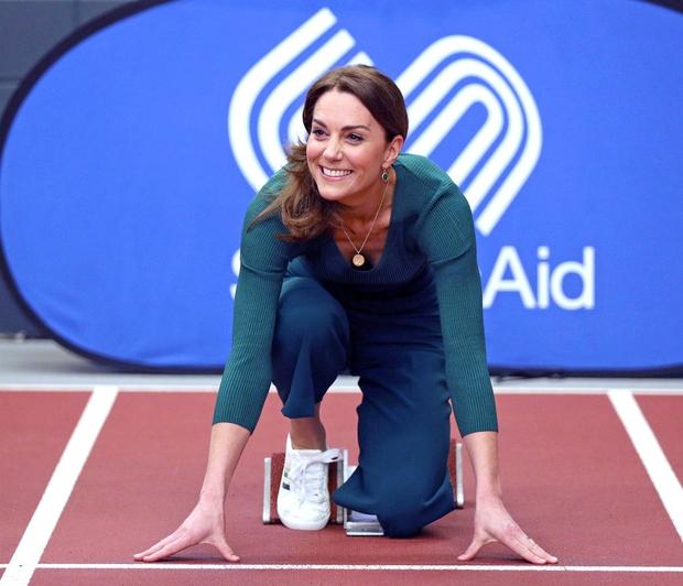 Kate Middleton v takšni modni kombinaciji le redko vidimo, a ji izjemno lepo pristoji (foto: Profimedia)