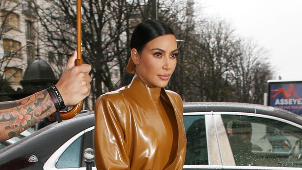 Kim Kardashian v modni kombinaciji, ki jo lahko obleče samo ona (foto: Profimedia)