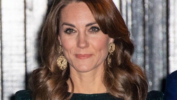 Kate Middleton je s to modno kombinacijo videti kot prava hollywoodska diva (foto: Profimedia)
