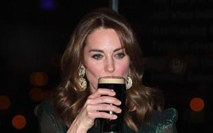 Kate Middleton s kozarcem piva v roki, prizor, ki se le redko vidi