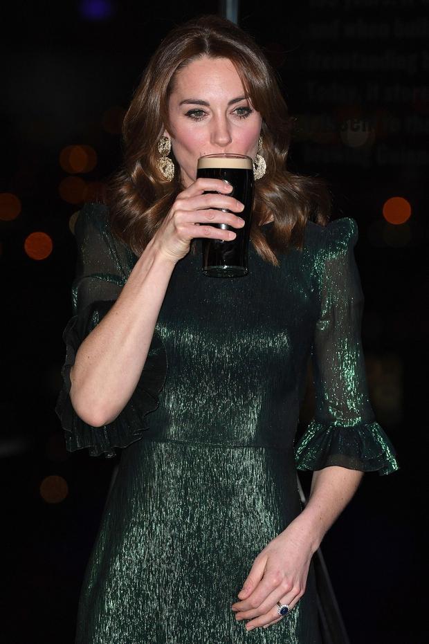 Kate Middleton s kozarcem piva v roki, prizor, ki se le redko vidi (foto: Profimedia)