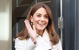 Kate Middleton na Irsko prišla v 12 let starem plašču, ki ga je nosila, ko s princem Williamom še nista bila poročena