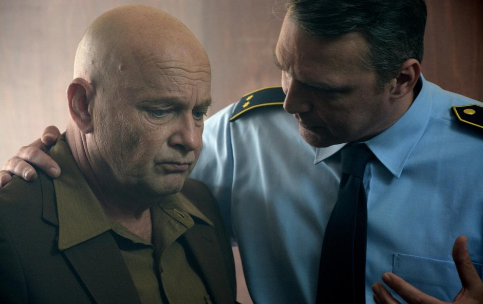 Peter Musevski se je odlično vživel v vlogo inšpektorja. (foto: Tomaž Pangeršič)