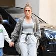 V takšni modni kombinaciji je Jennifer Lopez odšla na kosilo s hčerko