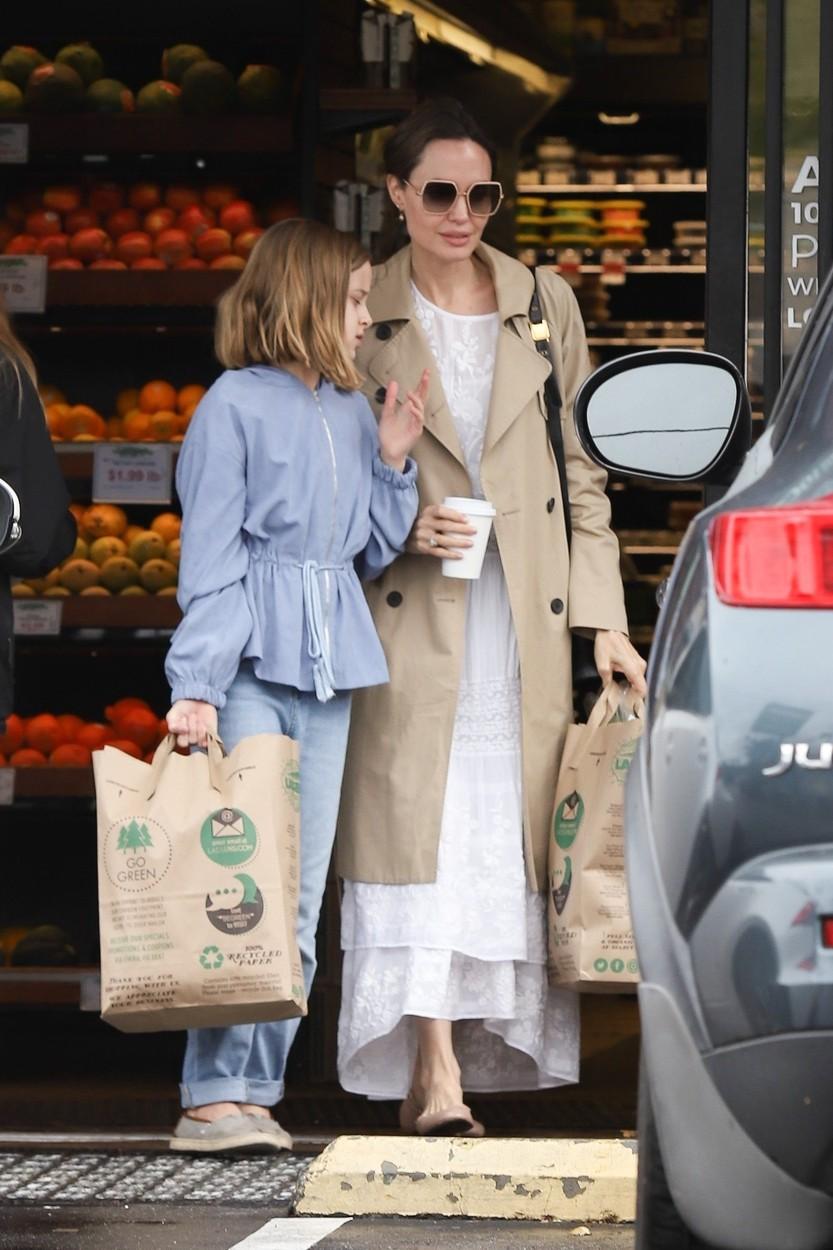 Paparaci ujeli Angelino Jolie, ki je iz trgovine odhajala z vrečami hrane, tudi ona si dela zaloge zaradi koronavirusa (foto: Profimedia)
