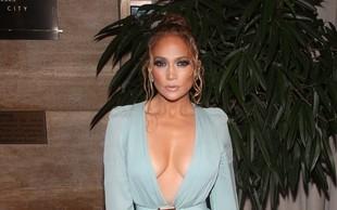 Vroča Jennifer Lopez dopolnila 51 let in pokazala svoje trebušne mišice ter čvrsto zadnjico