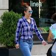Modna kombinacija Jennifer Lopez v času koranvirusa, ko se po mestu sprehaja povsem brez ličil