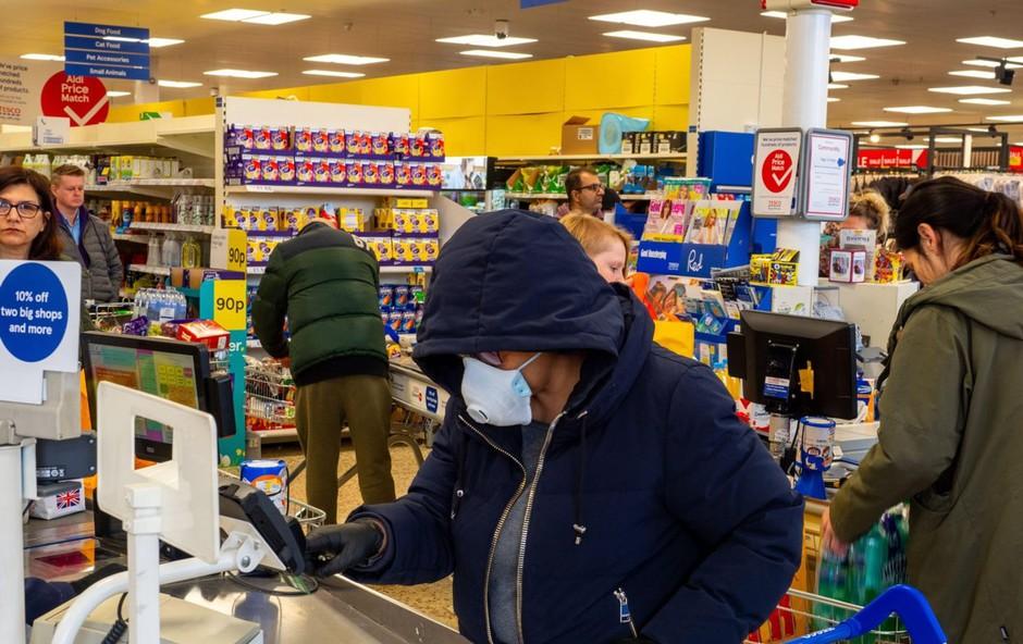 Pismo bralke: Nabava hrane in potrebščin v času koronavirusa je pravi strateški izziv! (foto: Profimedia)