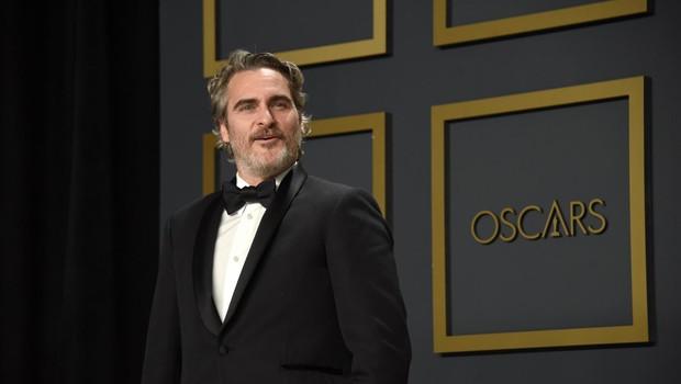 Joaquin Phoenix z oskarjem za najboljšo moško vlogo v filmu Joker. (foto: Sipa Usa/Ddp Usa/Profimedia)