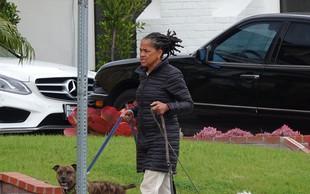 Paparaci ujeli mamo Meghan Markle, ki je zunaj sprehajala psa