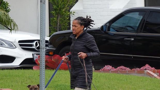 Paparaci ujeli mamo Meghan Markle, ki je zunaj sprehajala psa (foto: Profimedia)