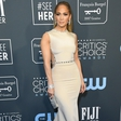 Jennifer Lopez je seksi tudi, ko obleče plašč: A pod njim sploh nosi kakšen kos oblačila?