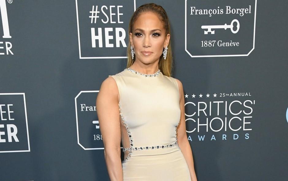 Jennifer Lopez pokazala izklesan trebušček in kako trenira v času karantene (foto: Profimedia)