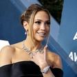 Jennifer Lopez navdušila v seksi topu z globokim izrezom in robustnimi gležnarji, ki bodo hit sezone