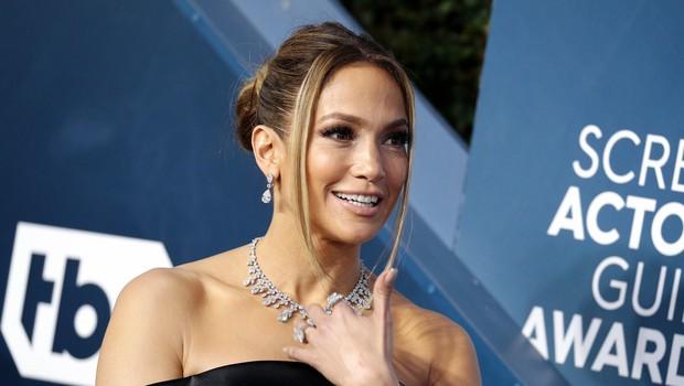Jennifer Lopez navdušila v seksi topu z globokim izrezom in robustnimi gležnarji, ki bodo hit sezone (foto: Profimedia)