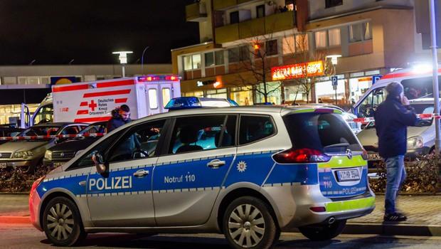 V nemškem mestu Hanau je skupina moških z noži napadla mimoidoče (foto: Profimedia)