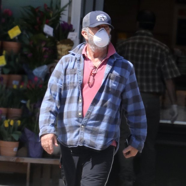 Le kdo se skriva pod masko? Nihče drug kot avstralski igralec Mel Gibson.