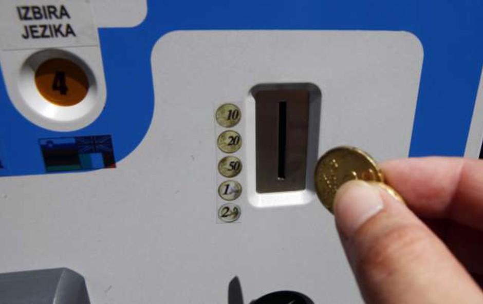 Z današnjim dnem je parkiranje po mestnih občinah spet plačljivo (foto: STA)